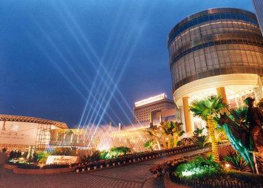 场地描述   成都加州花园酒店隶属于成都会展集团,是在成都最享有盛名的高档酒店之一,高雅的艺术气质、完善的功能和服务,早已将加州花园酒店塑造成一个尊贵和温馨的品牌。酒店位于成都市区西北沙湾路,与酒店毗邻而居的有邮政、速递中心、银行、购物中心等,是住宿、政务接待、会议、展览、度假、购物、用餐以及各类大型活动的黄金级场所。   成都加州花园酒店拥有天矶和艺术气氛浓郁的大堂,它成为加州花园酒店的标志性风景。酒店按挂牌五星和四星标准配备客房,都是绿色环境与完备的功能和安全系统、豪华舒适的客房配置的经典融合。酒店