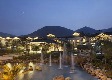 其建筑群由酒店主楼,别墅,健诊中心,室内外温泉区等区域组成,集温泉