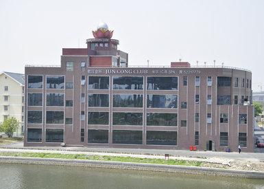 距市中心: 20 公里 ;距火车站: 5 公里; 距飞机场: 5 公里  位置 上海
